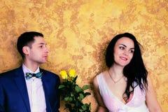 Stäng sig upp bild av ett lyckligt par med blommor som ler till cet Royaltyfria Bilder