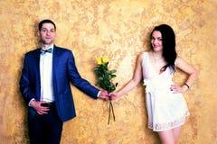 Stäng sig upp bild av ett lyckligt par med blommor som ler till cet Royaltyfria Foton