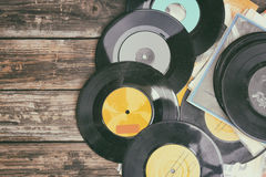 Stäng sig upp bild av gamla rekord över trätabellen, bild är filtrerat retro arkivbild