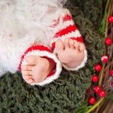 Stäng sig upp bild av nyfött behandla som ett barn fot, jultid Royaltyfri Bild