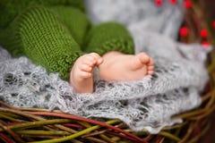 Stäng sig upp bild av nyfött behandla som ett barn fot på den stack plädet i en watt Royaltyfri Fotografi