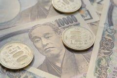 Stäng sig upp bild av valutasedlar och mynt för japansk yen Arkivbild