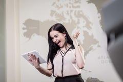 Stäng sig upp bilden av affärskvinnan som rymmer en digital minnestavla, Starti Royaltyfri Bild
