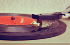 Stäng sig upp bilden av den gamla skivspelaren, bild är filtrerat retro Selektivt fokusera arkivbild