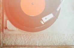 Stäng sig upp bilden av den gamla skivspelaren, bild är filtrerat retro Selektivt fokusera royaltyfria bilder