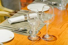 Stäng sig upp bilden av tomma exponeringsglas i restaurang Arkivfoto