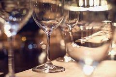 Stäng sig upp bilden av tomma exponeringsglas i restaurang Arkivfoton