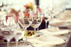 Stäng sig upp bilden av tomma exponeringsglas i restaurang Royaltyfri Bild