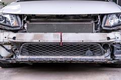 Stäng sig upp, bilen med den borttagna delen, eller stötdämparen som reparerar tydligt, ordnar till för ny målarfärg Arkivfoto