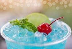 Stäng sig upp blå hawaii italiensk sodavatten med körsbäret och mintkaramellen royaltyfri foto