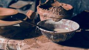 Stäng sig upp blick på arbetsområde för keramiker` s stock video