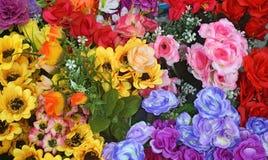 Stäng sig upp bukettförsäljningen för den nya blomman för valentindag på den nya marknaden Variation av färgrik blommabakgrund Se arkivfoton