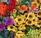 Stäng sig upp bukettförsäljningen för den nya blomman för valentindag på den nya marknaden Variation av färgrik blommabakgrund Se royaltyfri foto