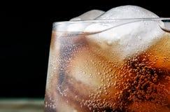 Stäng sig upp colaexponeringsglas med droppar och is Royaltyfri Fotografi