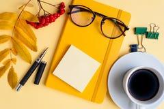 Stäng sig upp collage av glasögon med kontorshjälpmedel arkivbild