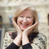 Stäng sig upp den ansikts- ståenden av en härlig hög kvinna Fotografering för Bildbyråer