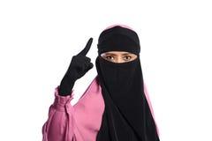 Stäng sig upp den asiatiska muslimkvinnan i hijab som pekar med ilskna ögon Fotografering för Bildbyråer