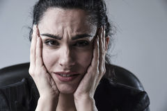Stäng sig upp den attraktiva affärskvinnan som arbetar på kontoret i spänningen som lider intensiv huvudvärk Arkivbilder