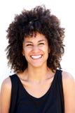 Stäng sig upp den attraktiva kvinnan som skrattar vid vit bakgrund Arkivbild