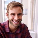 Stäng sig upp den fyrkantiga ståenden av den lyckliga unga vuxna människan Fotografering för Bildbyråer