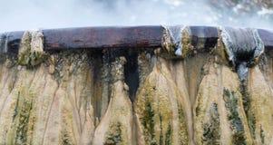 Stäng sig upp den GeyserHot Springs gränsmärket på offentliga Raksawarin parkerar I Royaltyfri Fotografi