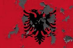 Stäng sig upp den grungy, skadade och red ut Albanien flaggan på väggen som skalar av målarfärg för att se inom yttersida royaltyfri illustrationer