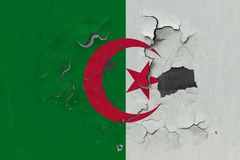 Stäng sig upp den grungy, skadade och red ut Algeriet flaggan på väggen som skalar av målarfärg för att se inom yttersida royaltyfri illustrationer