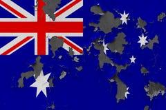 Stäng sig upp den grungy, skadade och red ut Australien flaggan på väggen som skalar av målarfärg för att se inom yttersida arkivfoton