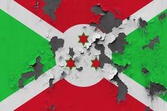 Stäng sig upp den grungy, skadade och red ut Burundi flaggan på väggen som skalar av målarfärg för att se inom yttersida arkivfoton