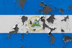 Stäng sig upp den grungy, skadade och red ut Nicaragua flaggan på väggen som skalar av målarfärg för att se inom yttersida royaltyfri illustrationer