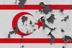 Stäng sig upp den grungy, skadade och red ut nordliga Cypern flaggan på väggen som skalar av målarfärg för att se inom yttersida vektor illustrationer