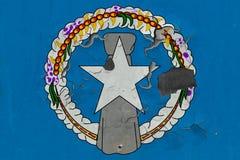 Stäng sig upp den grungy, skadade och red ut nordliga Mariana Islands flaggan på väggen som skalar av målarfärg för att se inom y vektor illustrationer