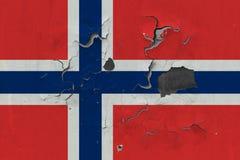 Stäng sig upp den grungy, skadade och red ut Norge flaggan på väggen som skalar av målarfärg för att se inom yttersida vektor illustrationer