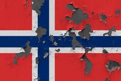 Stäng sig upp den grungy, skadade och red ut Norge flaggan på väggen som skalar av målarfärg för att se inom yttersida royaltyfri illustrationer