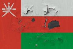 Stäng sig upp den grungy, skadade och red ut Oman flaggan på väggen som skalar av målarfärg för att se inom yttersida stock illustrationer