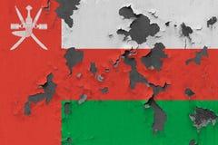Stäng sig upp den grungy, skadade och red ut Oman flaggan på väggen som skalar av målarfärg för att se inom yttersida vektor illustrationer