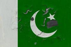 Stäng sig upp den grungy, skadade och red ut Pakistan flaggan på väggen som skalar av målarfärg för att se inom yttersida stock illustrationer