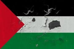Stäng sig upp den grungy, skadade och red ut Palestina flaggan på väggen som skalar av målarfärg för att se inom yttersida stock illustrationer
