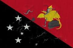 Stäng sig upp den grungy, skadade och red ut Papua Nya Guinea flaggan på väggen som skalar av målarfärg för att se inom yttersida royaltyfri illustrationer