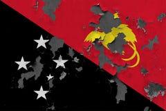 Stäng sig upp den grungy, skadade och red ut Papua Nya Guinea flaggan på väggen som skalar av målarfärg för att se inom yttersida vektor illustrationer