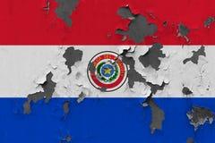 Stäng sig upp den grungy, skadade och red ut Paraguay flaggan på väggen som skalar av målarfärg för att se inom yttersida stock illustrationer