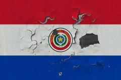 Stäng sig upp den grungy, skadade och red ut Paraguay flaggan på väggen som skalar av målarfärg för att se inom yttersida vektor illustrationer