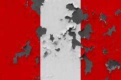 Stäng sig upp den grungy, skadade och red ut Peru flaggan på väggen som skalar av målarfärg för att se inom yttersida stock illustrationer