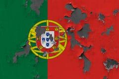 Stäng sig upp den grungy, skadade och red ut Portugal flaggan på väggen som skalar av målarfärg för att se inom yttersida vektor illustrationer
