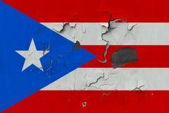 Stäng sig upp den grungy, skadade och red ut Puerto Rico flaggan på väggen som skalar av målarfärg för att se inom yttersida stock illustrationer