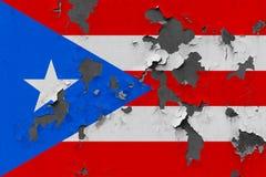 Stäng sig upp den grungy, skadade och red ut Puerto Rico flaggan på väggen som skalar av målarfärg för att se inom yttersida royaltyfri illustrationer