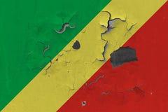 Stäng sig upp den grungy, skadade och red ut Republiken Kongo flaggan på väggen som skalar av målarfärg för att se inom yttersida stock illustrationer