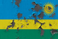 Stäng sig upp den grungy, skadade och red ut Rwanda flaggan på väggen som skalar av målarfärg för att se inom yttersida vektor illustrationer