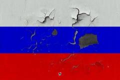 Stäng sig upp den grungy, skadade och red ut Ryssland flaggan på väggen som skalar av målarfärg för att se inom yttersida vektor illustrationer