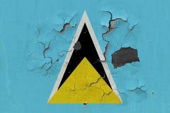 Stäng sig upp den grungy, skadade och red ut St Lucia flaggan på väggen som skalar av målarfärg för att se inom yttersida royaltyfri illustrationer